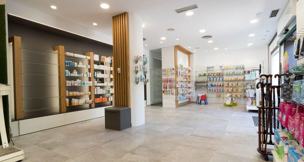 Vista panorámica de reforma en farmacia